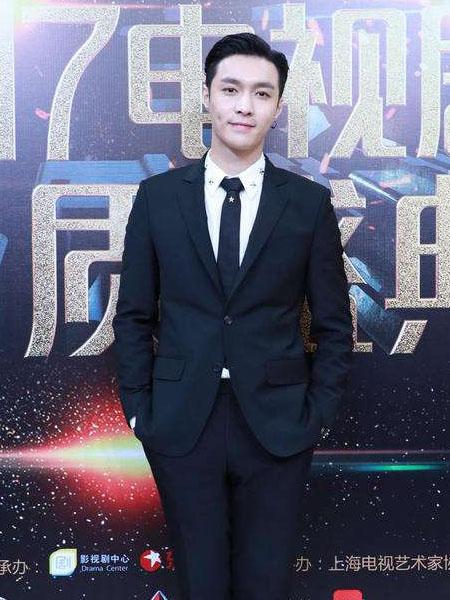 """最近大热的""""姑父""""赵又廷也是一身帅气的黑色西装加白色"""