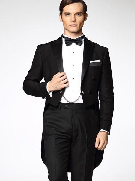 燕尾服在外形上很容易判断的,其基本结构形式为前身短,西装