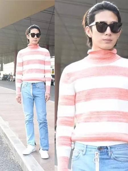 井柏然这一身粉白条纹针织衫, 搭配蓝色牛仔裤,这跟man似乎没什么关