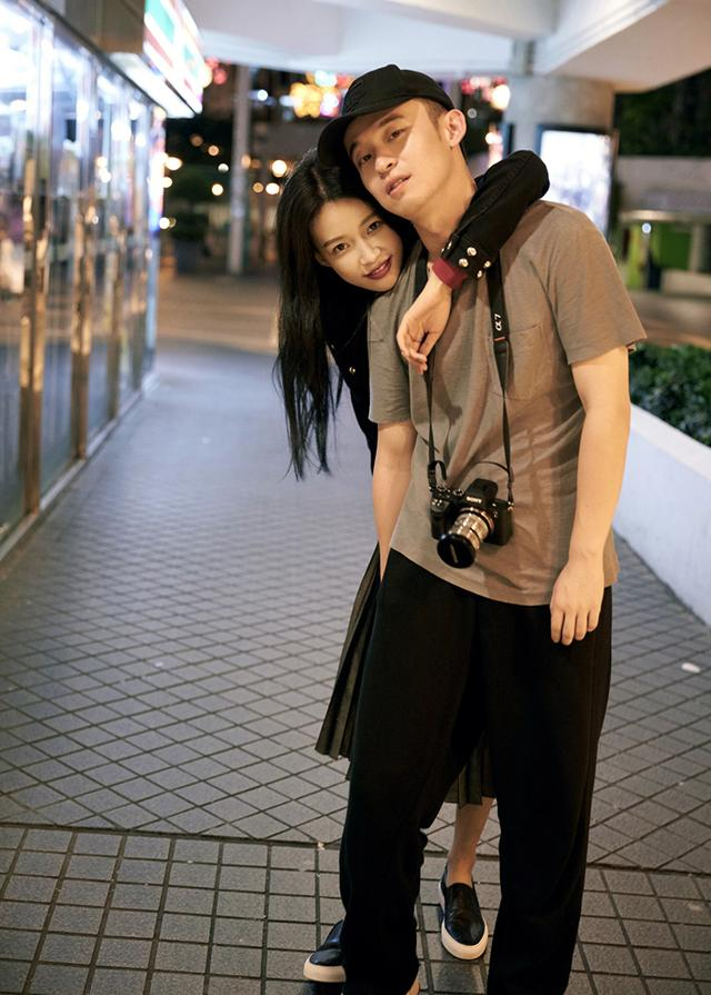 再然后就是他和女朋友孙怡的恋情,在最近传出的新闻中孙怡已怀孕,两个图片