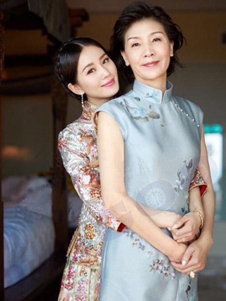 刘诗诗的婚礼上,刘妈就选择了一件刺绣的旗袍出席,恬静的气质让人折服图片
