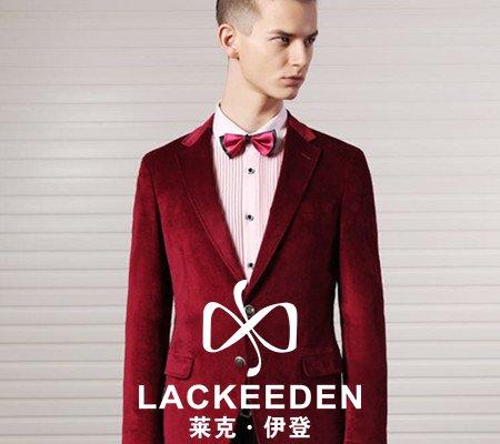 这件酒红色的男士西服,里面配上白色的 衬衫,领带