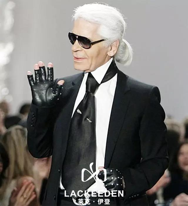 """时尚界谁人不知道老佛爷?这里说的可不是《还珠格格》里面那位老佛爷噢,而是Chanel的艺术总监Karl Lagerfeld。说起大名鼎鼎的卡尔·拉格斐,脑海里的第一反映永远都是高傲表情,黑色修身裁剪西服套装让他更为干练,佩戴着墨镜,脑后拖着辫子,就是这永恒的墨镜白发长辫的人却占领时尚圈制高点。 人们尊称他为 """"时装界的凯撒大帝""""。"""