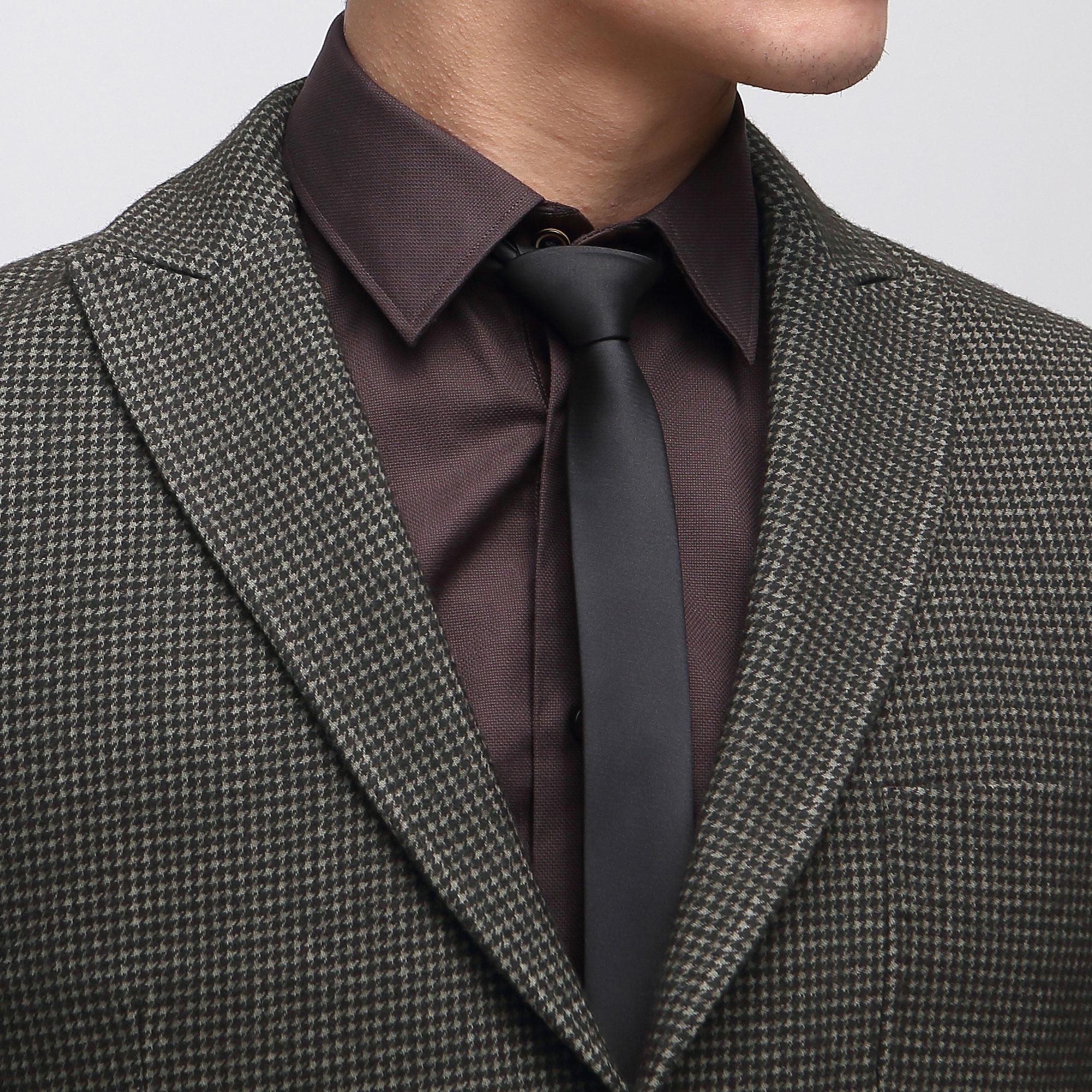 黑色西装是我们在办公室最为常见的西服颜色,但是一直一个样你真的不会厌倦么?目前市面上流行的比如浅灰色,卡其色,宝石蓝、棕色,亚麻色等等都可以作为西装颜色的选择,也请避免太过于浓重的颜色,颜色的调整完全可以通过衬衫和领带的颜色调整。纯色西装也应该慢慢该保存起来了,带有一些暗条纹或者格子的西装在工作场合穿,既有活力和时尚感。西装混搭更有魅力,我们是否也该有这样的理念去接受这种新型主义套装呢? 男士的西服选择多种多样,想要秀出不一样的风采,那可要好好了解西服的穿搭知识啊! (责任编辑:admin)